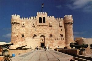 سياح يزورون المعالم الأثرية بالإسكندرية
