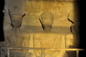 ألف سائح يشاهدون تعامد الشمس على وجه تمثال رمسيس الثان�