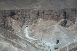 4182 سائحا زاروا وادي الملوك قرب الأقصر